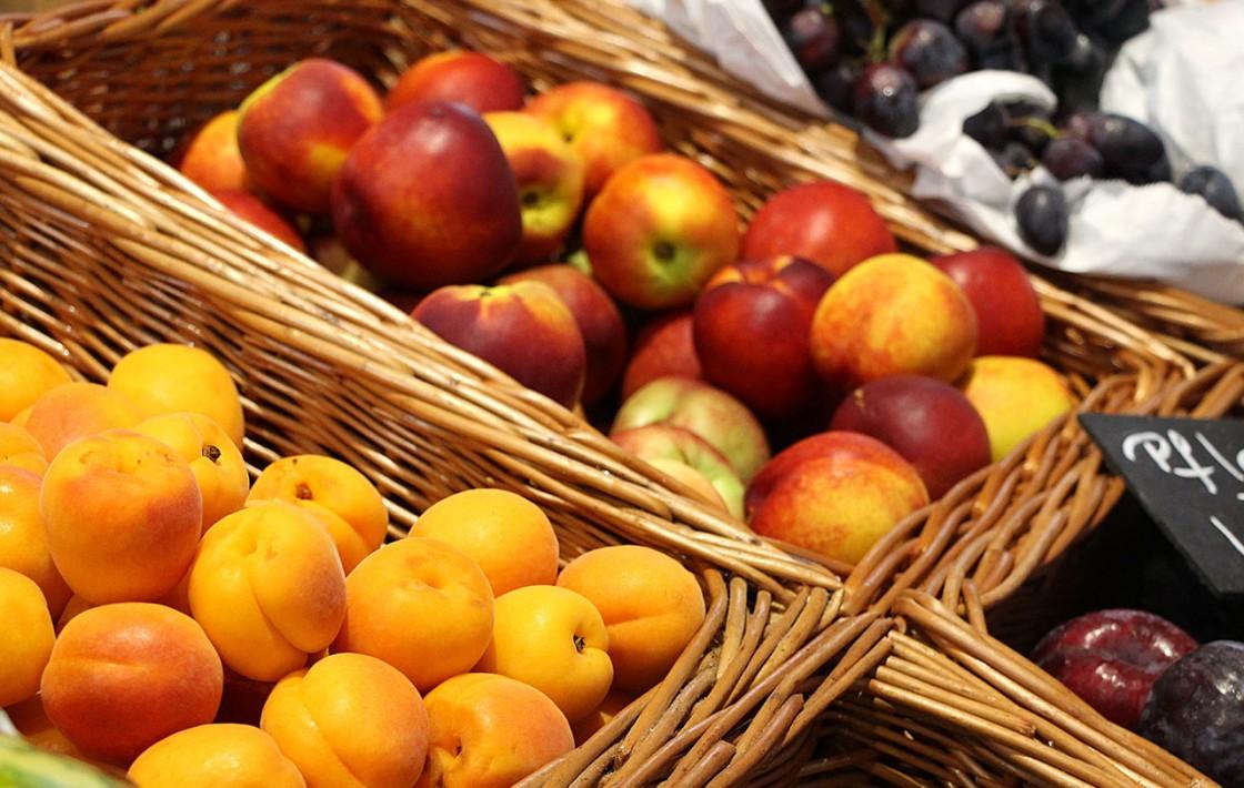 Nektarinen und Pfirsiche